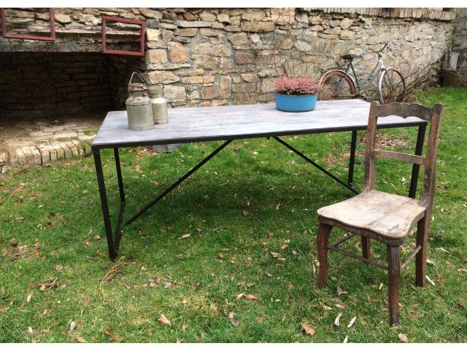 Jídelní stůl - dřevo a kov v jemných liniích