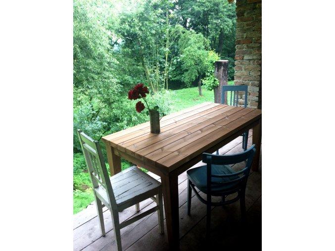 Jídelní venkovní stůl