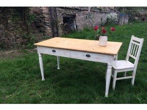 Velký bílý jídelní stůl