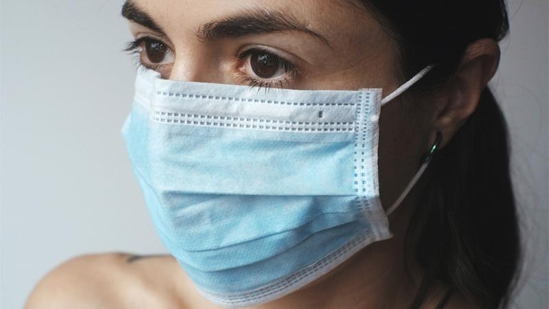 Koronavirus: rouško nebo respirátor