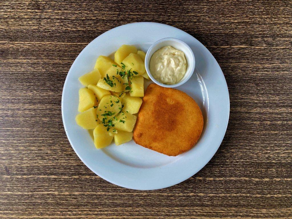 Smažený sýr, brambory