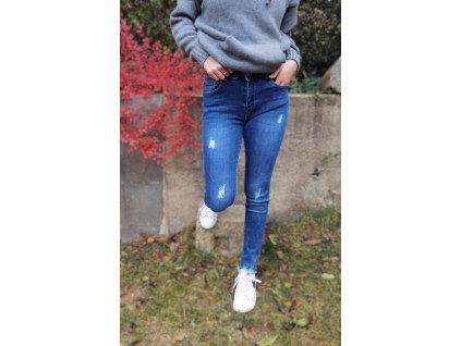 jeans modré.