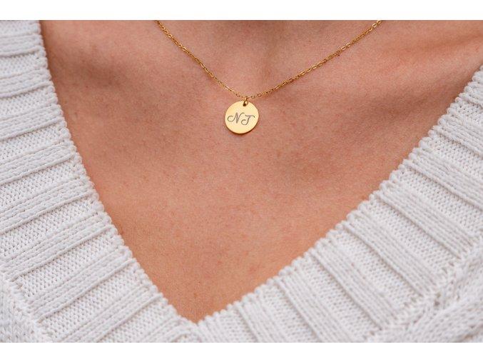 Malý medailonek s TEXTEM/INICIÁLOU na přání - barevné varianty  Chirurgická ocel, dárkově zabaleno.