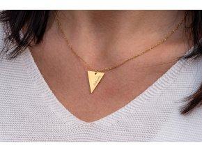 Náhrdelník s trojúhelníčkem a TEXTEM/INICIÁLOU na přání - barevné varianty  chirurgická ocel, dárkově zabaleno