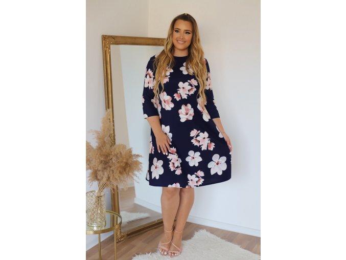 Tmavomodré šaty áčkového střihu s růžovými kvítky (Veľkosť XXXXL)