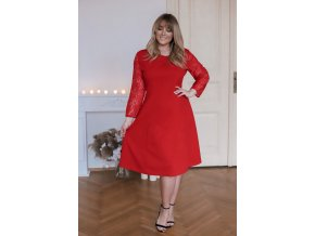 Červené šaty áčkového střihu s krajkovými rukávy