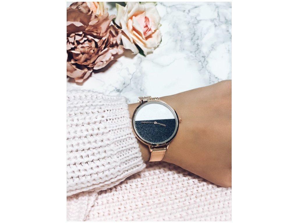 Zlaté hodinky s bielo-čiernym ciferníkom  06513d0485