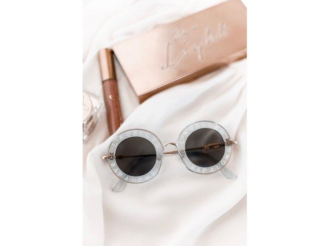 Priehľadno-modré okhruhlé okuliare s nápisom