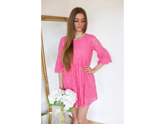 Krátke ružové čipkované šaty