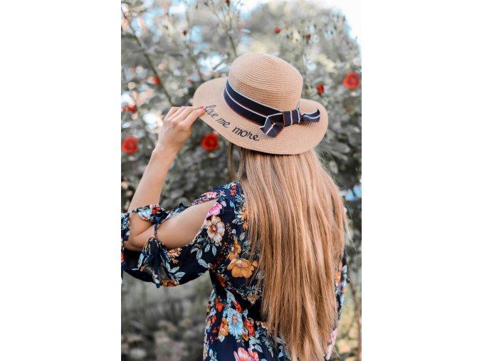 Dámsky klobúk s nápisom Love me more