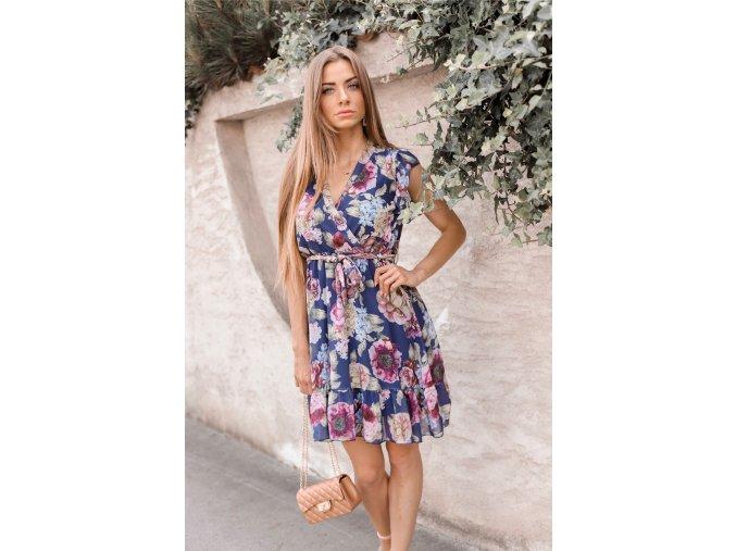 Krátke kvetinové šaty v tmavo-modrej