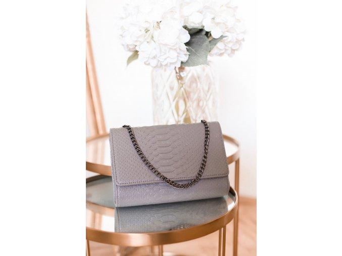 Sivá kabelka s efektom hadej kože