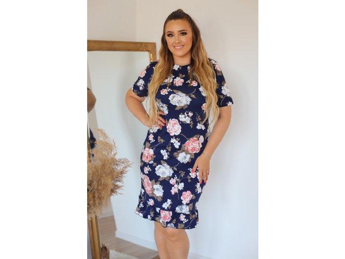 Tmavo-modré šaty s ružovými kvetinami a volánom na sukni