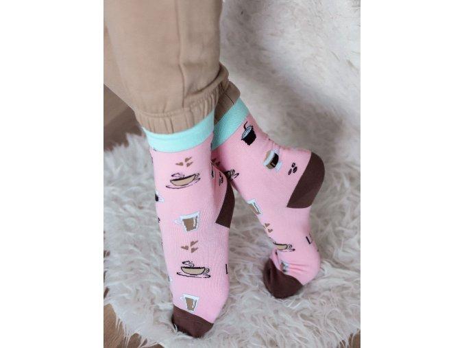 Svetlo-fialové ponožky pre milovníkov kávy