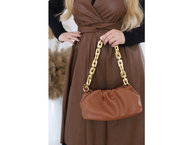 Hnedá kabelka so zlatou reťazou