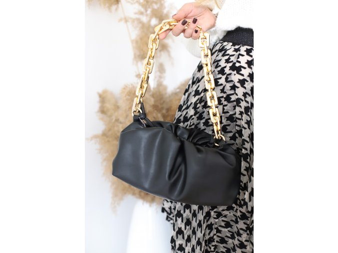 Čierna kabelka so zlatou reťazou