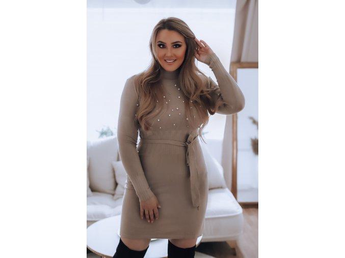 Elastické svetrové šaty s perlami a opaskom