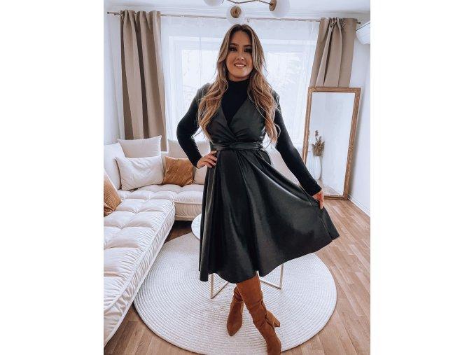 Čierne šaty s efektom kože