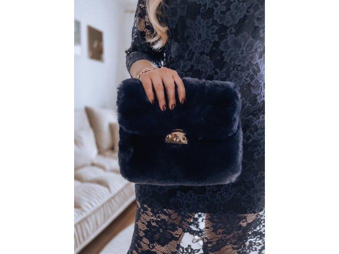 Tmavomodrá kabelka z umelej kožušiny