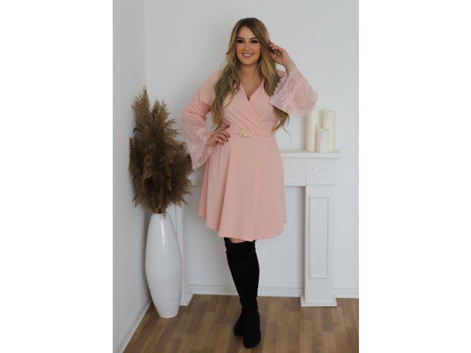 Svetlo-ružové šaty s čipkou na rukávoch a opaskom