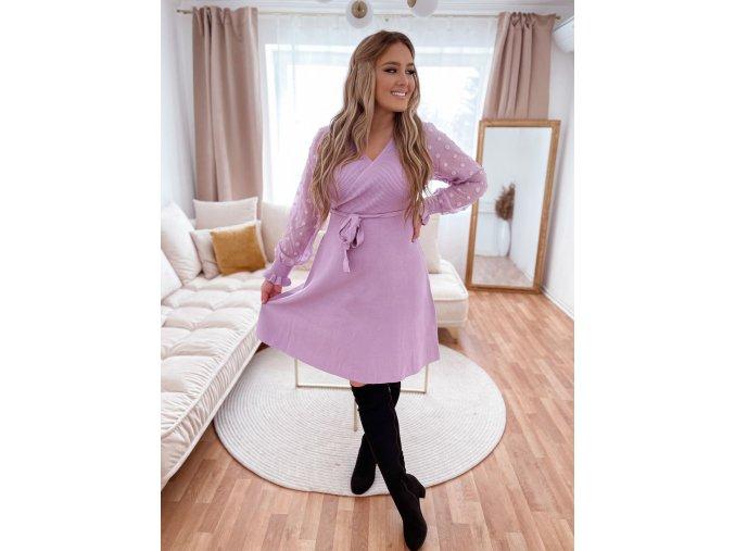 Fialové svetrové šaty s bodkovanými rukávmi
