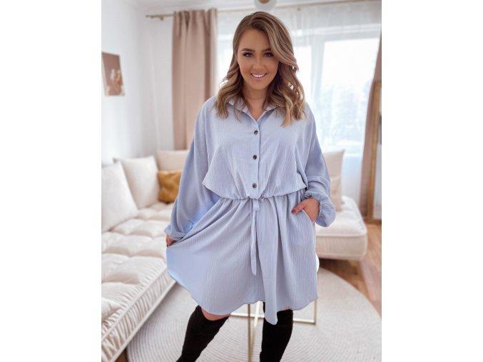 Svetlo modré voľné šaty so sťahovaním v páse