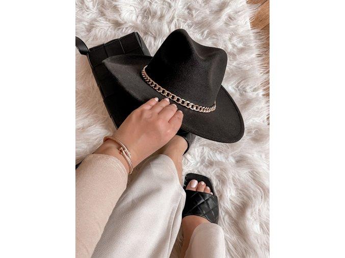 Čierny klobúk so zlatou retiazkou