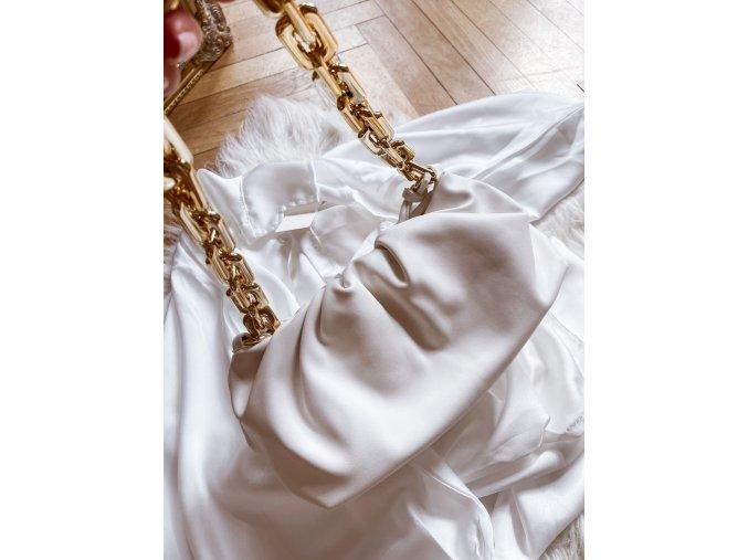 Biela kabelka so zlatou reťazou