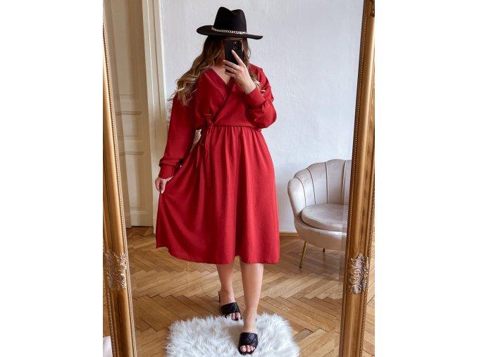 Červené šaty so zavinovacím efektom