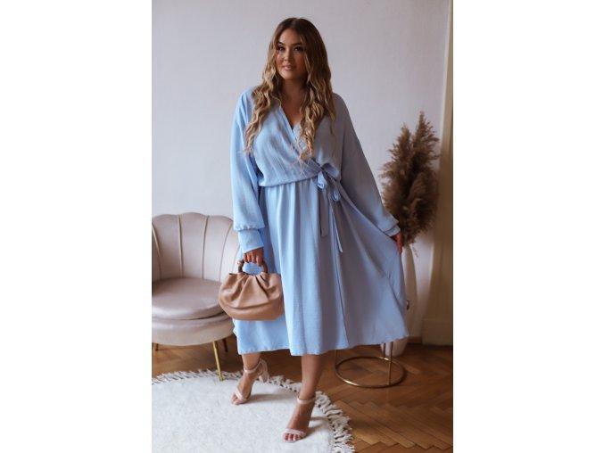 Svetlo modré šaty so zavinovacím efektom