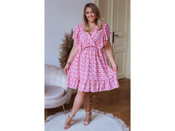 Krátke kvetinové šaty v ružovej farbe