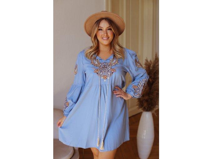 Krátke šaty s vyšívaným vzorom - modrá