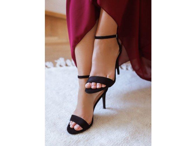 Sandále na podpätku v čiernej farbe