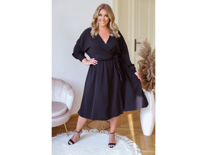 Čierne šaty so zavinovacím efektom