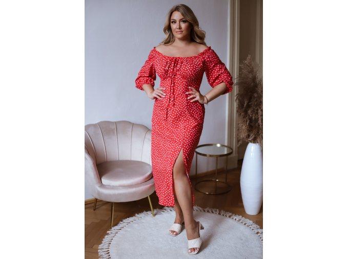 Červené bodkované šaty so spustenými ramenami