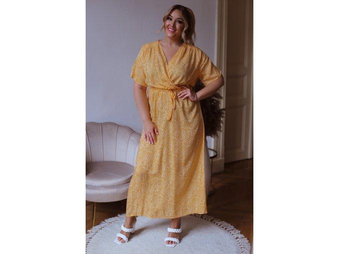 Oranžovo-žlté šaty s bielym kvetinovým vzorom a opaskom