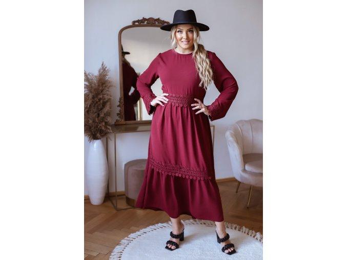Dlhé elegantné šaty s čipkovaným opaskom v bordovej