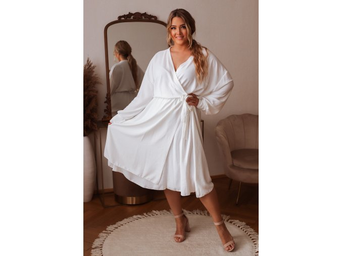 Biele šaty so zavinovacím efektom