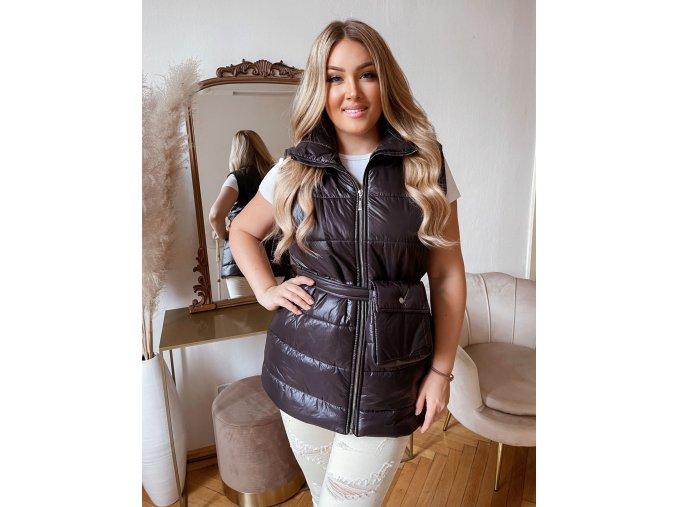 Prešívaná vesta s opaskom v čiernej farbe