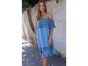 Modré šaty s odhalenými ramenami a čipkou