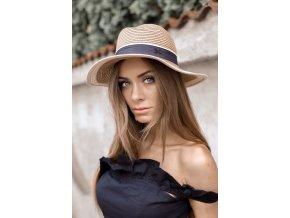 Elegantný svetlý klobúk