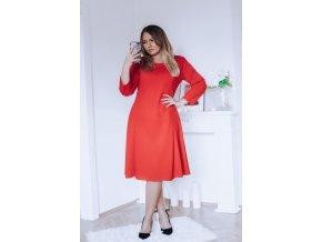 Červené šaty áčkového strihu