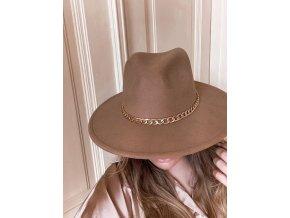 Béžový klobúk so zlatou retiazkou