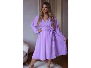 Fialové šaty so zavinovacím efektom