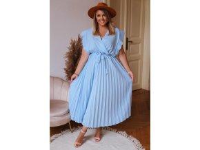 Dlhé bledomodré šaty s plisovanou sukňou
