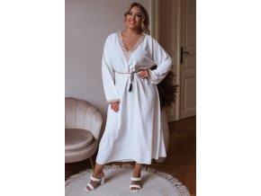 Dlhé voľné šaty s čipkovaným lemom a opaskom v bielej