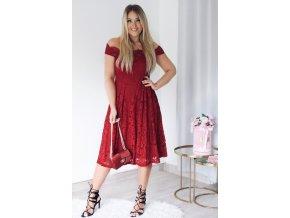 Tmavo-červené čipkované šaty s odhalenými ramenami