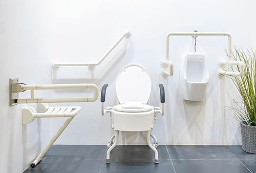 Jak zpřístupnit koupelnu pro imobilní osobu díky kompenzačním pomůckám?