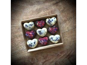 čokoládové pralinky s malinami a jedlými květy