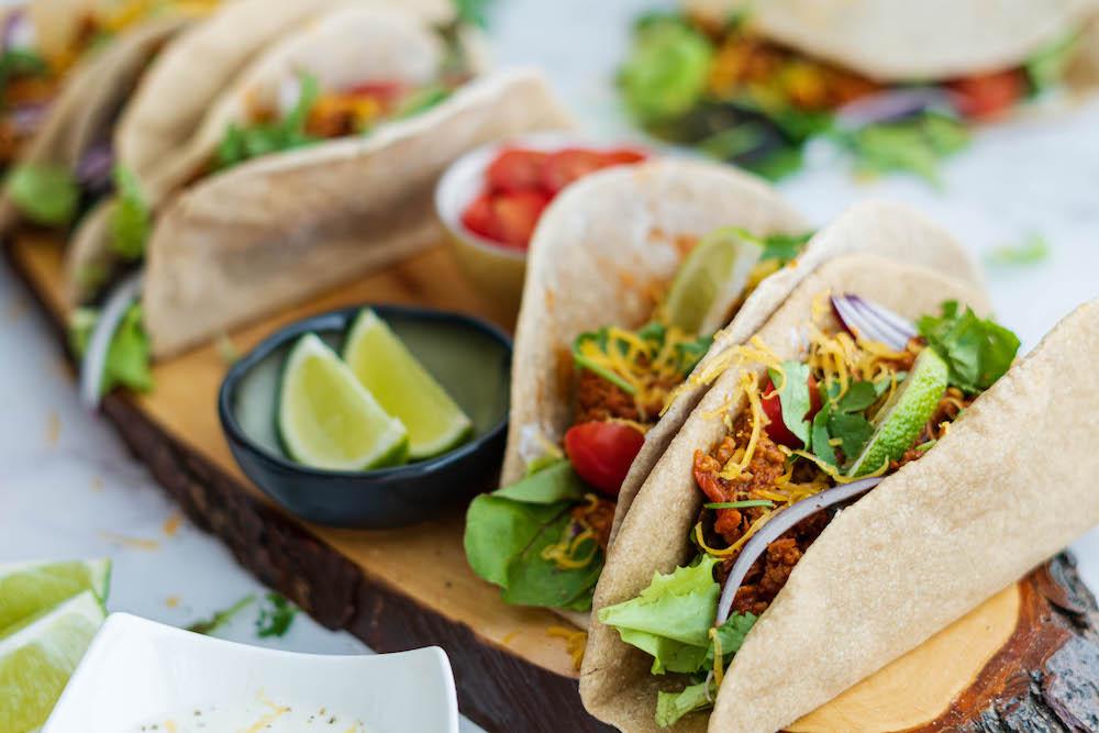 Tacos s mletým hovädzím mäsom, cesnakovým dipom a čerstvou zeleninou